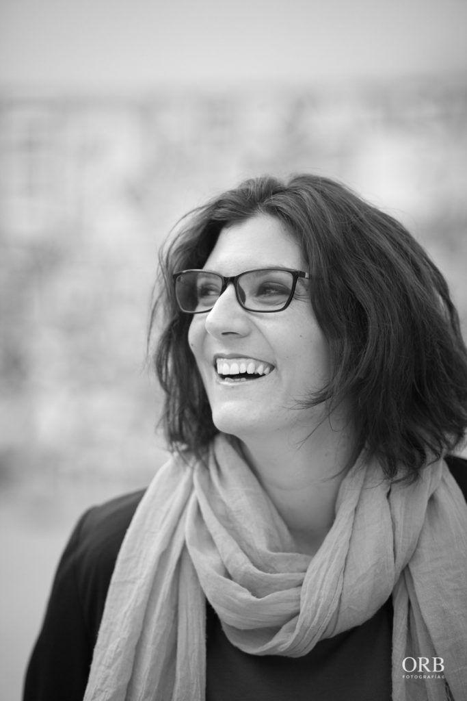 imagen de Itziar Sistiaga sonriendo en blanco y negro