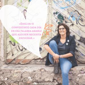 imagen de la escritora Itziar Sistiaga sentada, sonriendo, con una cita que dice así: está en ti convertirte cada día en esa palabra amable que alguien necesita escuchar